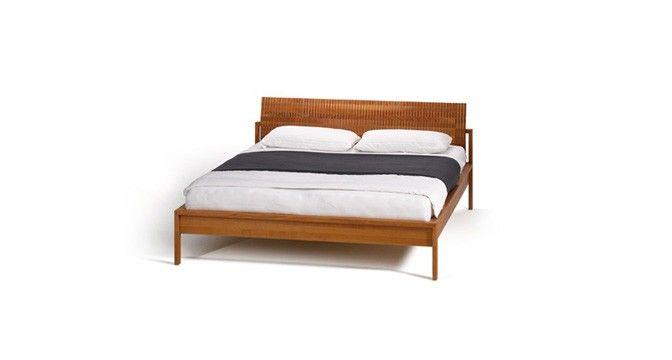 valore reflief Bett von TEAM 7 mit Naturholz-Haupt erinnert optisch an eine griechische Säule.