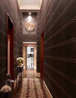 Kolekcja ręcznie zdobionych oklein ściennych (tapet) Studs & Stripes użyta na ścianach przedpokoju.