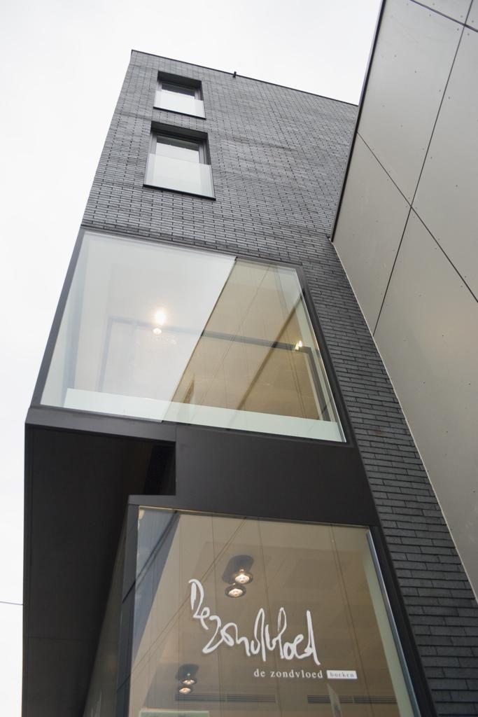 Winkelpand met drie studio's #declerckdaelsarchitecten #roeselare #winkel #architectuur