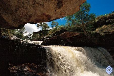 Saltos de agua escalonados, sobre el lecho rocoso de Caño Cristales, Serranía de La Macarena, Meta, Colombia