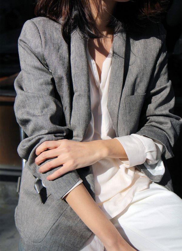 Rien de tel qu'un blazer gris un peu loose pour réchauffer un total look blanc (photo Death by Elocution)