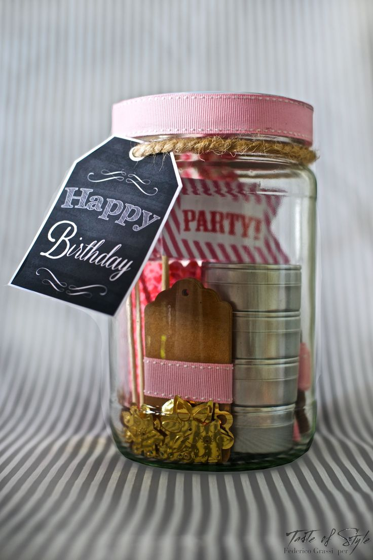 Come potrete notare una delle mie ossessioni sono le jars! Potrei stoccare nelle mar qualsiasi cosa e le trovo anche splendide come contenitori per piccoli pensieri da regalare alle amiche. Questa l'ho pensata per il compleanno di un'amica: ho incluso gli essenziali per il suo party in famiglia e nel biglietto di auguri ho aggiunto la ricetta dei cupcakes vaniglia e lampone.