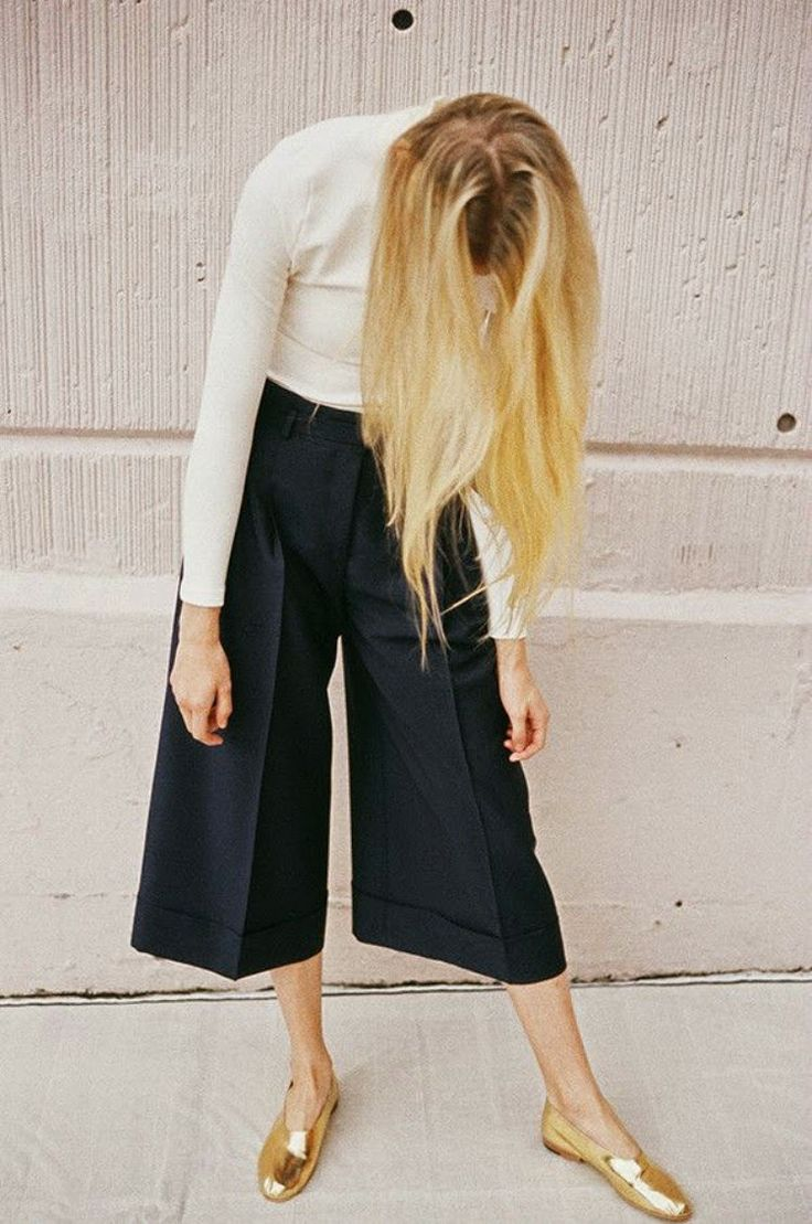 fun and simple way to style culottes ::Black culottes / white turtleneck / golden slippers