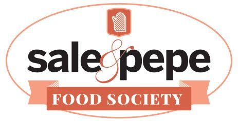 Il cosciotto d'agnello accompagnato dalla salsa all'aglio è un secondo ghiotto, perfetto per la Pasqua. Scopri la ricetta di Sale&Pepe.
