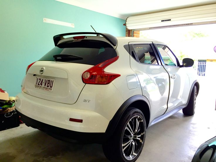 Nissan Juke pearl white on black and silver rims