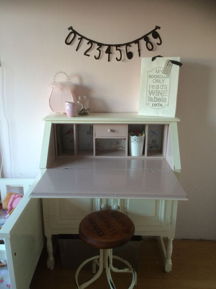 Prachtig bureau met coole cijfer banner wand deur - Kindertafel wand ...