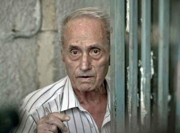 Vișinescu a învins După multă zarvă jurnalistică și niscai circ pe sticla unor televiziuni, procesul torționarului Vișinescu - fost comandant al închisorii politice de la Râmnicu Sărat - a avut prima pronunțare a completului de judecată: 20 de ani de închisoare. Motiv de bucuri...