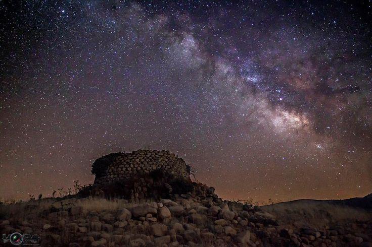 Nuraghe Lerno e le notti stellate dell'isola. Sardegna.