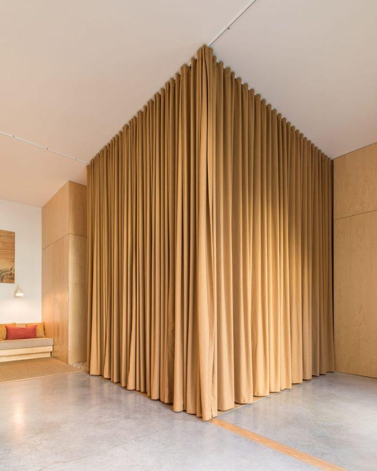 """Vorhänge getrennte Räume von Lissabon Büro für eine """"Hook-up App für tolle Leute"""""""