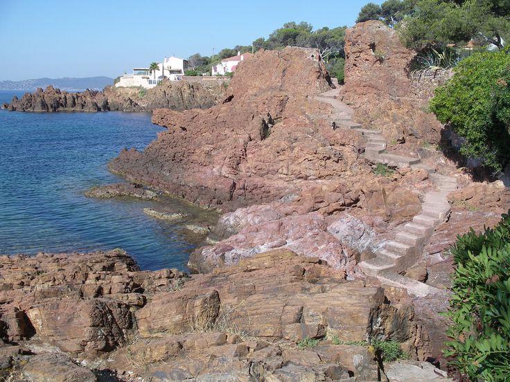 Le Sentier du Littoral Le littoral de l'agglomération de Saint Raphaël s'étend sur 36 Kilomètres, offrant plus d'une trentaine de plages diverses : sable fin, galets, littoral ombragé, calanques, criques et grottes. http://www.rosaland.com/1-decouverte-littoral