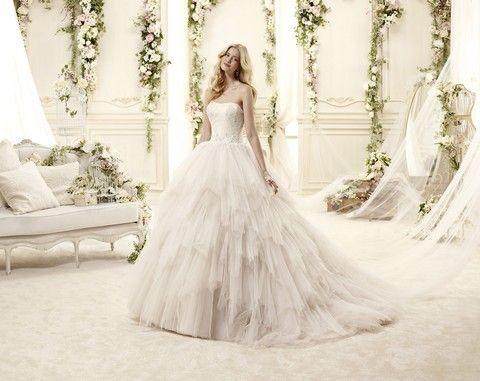 Romantické biele korzetové svadobné šaty s veľkou tylovou strapatou sukňou svadobný salón Valery