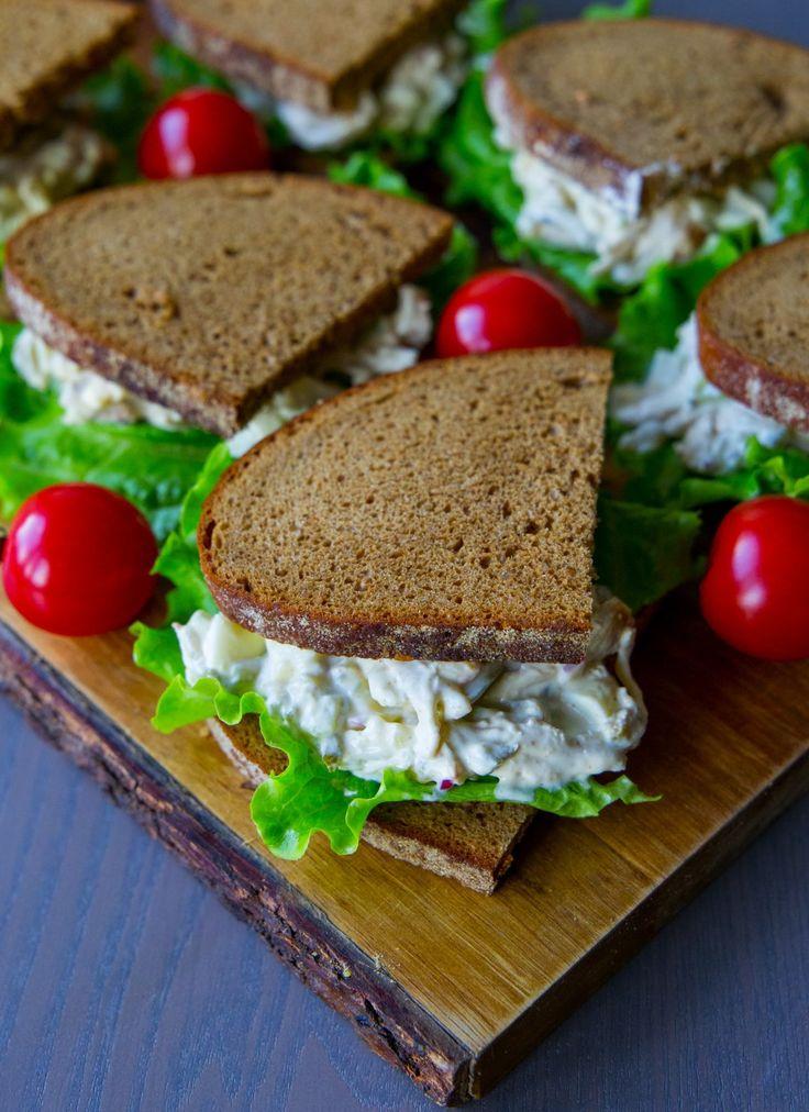 Jag älskar röror, det är så gott att servera det som en sallad eller fyllning i bröd. Sist gjorde jag en smarrig räkröra med bakad potatis som blev himmelskt god. Du hittar många goda recept på olika röror HÄR! RECEPT PÅ LIKNANDE RÖRA GJORD MED OUMPH! HITTAR DU HÄR! OCH RECEPT PÅ KYCKLINGRÖRA MED CURRY HITTAR DU HÄR! 4-6 portioner 3 st kycklingfiléer 2 st hårdkokta ägg (kan ersättas med 2 dl kokta ärtor) 0,5 rödlök 2 selleristjälkar 3 st ättiksgurka (kan ersättas med 0,5 dl bostongurka) 1 dl…