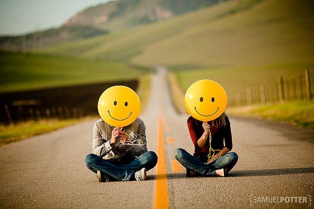 Divertida essa foto de casal. #e-session #estrada #smile #balao #casal #namorados #ideia