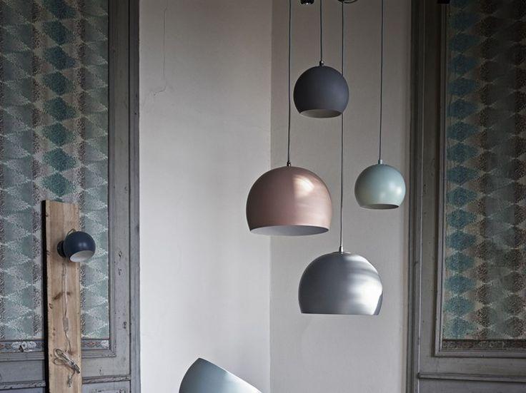 Lampen Ball er en klassiker. Den enkle formen og de mange fargene og variantene gjør at den passer i alle hjem.