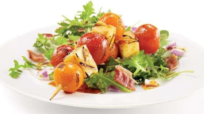 Brochette de tomates Zima et de fromage grillé sur nid de roquette | Apéro, Brochettes, Fromage