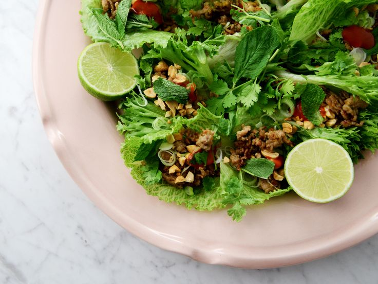 Asiatiska salladsrullar med knaperstekt fläskfärs | Recept från Köket.se