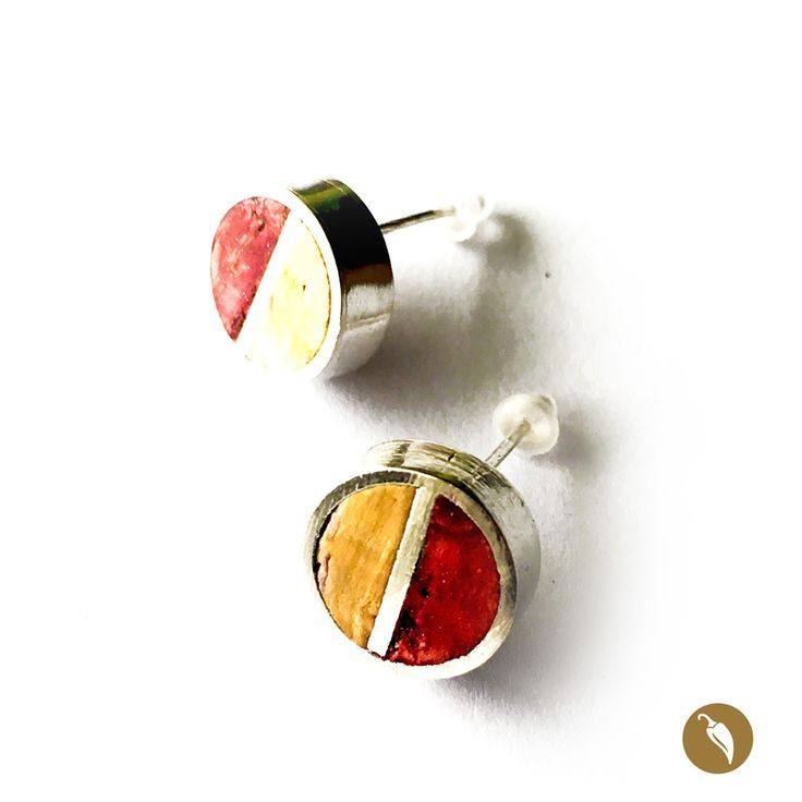 Aros de tope, en los que un círculo de plata enmarca dos pequeñas piezas de corcho reciclado. Una de color natural y otra teñida por el contacto con el vino tinto. Weichafe recicla los corchos de botellas de vino que fueron vaciadas y los integra a su joyería como huella de un momento inolvidable. La autora rescata el corcho por tratarse de un insumo que cumple un doble propósito: reciclar y hablar de identidad. Reciclaje, porque son corchos reutilizados e identidad porque este es un…