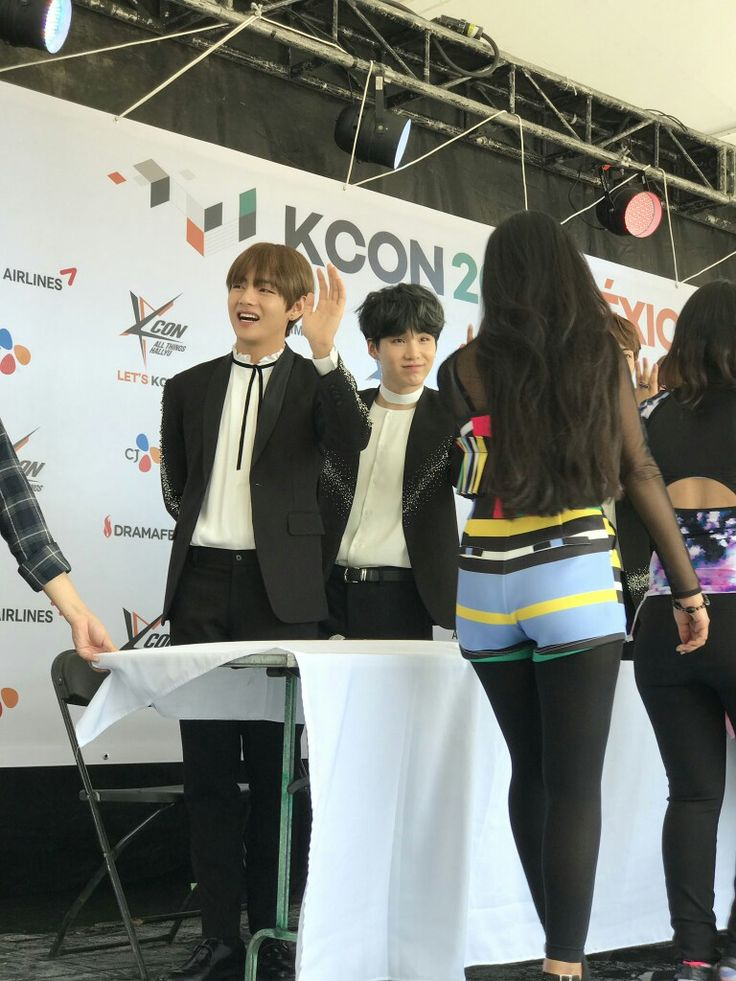 V and Suga ❤ BTS Meet & Greet At KCON Mexico~ (170317) #BTS #방탄소년단<<<< if yoongi looked me straight in the eyes like that i would be so dead