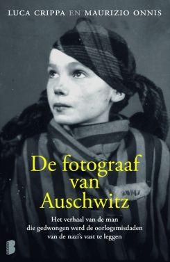 Boek over de fotograaf van Auschwitz. Boek beschrijft het leven van een Poolse fotograaf die probeert te overleven in Auschwitz waarbij elke dag een dag voor angst is.