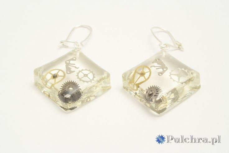 Kwadratowe kolczyki z żywicy z trybikami zegarowymi steampunk (srebrne bigle) n/ Square steampunk resin earrings #earrings #steampunk #cogs #resin #transparent #jewelry #pulchra #square