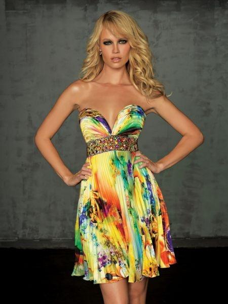 Vestido de fiesta corto con estampado multicolor.