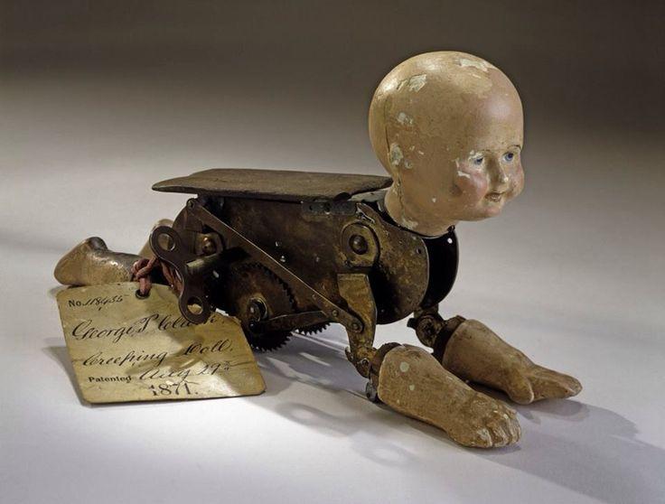 En 1871, George P. Clarke déposa un brevet pour une poupée rampante, dont les bras et les pieds bougeaient pour simuler les mouvements d'un bébé, tandis qu'une roue à crans la propulsait sur le sol.