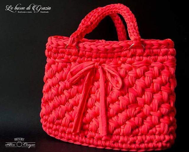 Novità! 😍😍 borsa in fettuccia rosso aragosta, ideale per l'estate! 😉 Ph: @_alex_cinque_ #borsa #bag #handmade #fattoamano #red #rosso #leborsedigrazia #picoftheday #uncinetto #crochet