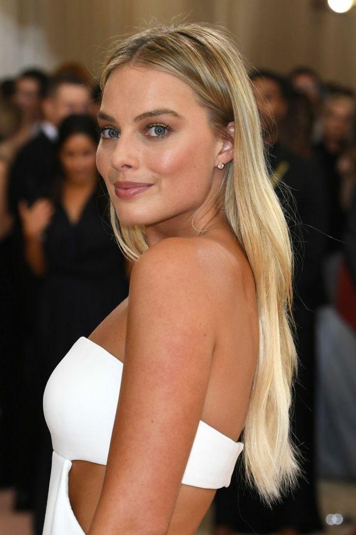 peinados para nochevieja, Margot Robbie luciendo encantadora con pelo suelto alisado, vestido blanco atrevido