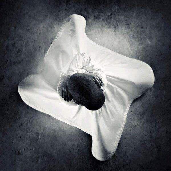 مع الزمن يتحول الألم الى حزن,ويتحول الحزن الى صمت، ويتحول الصمت الى وحدة ضخمة وشاسعة كالمحيطات المظلمة،وبعد الحزن يأتي فصل آخر،أنت آخر