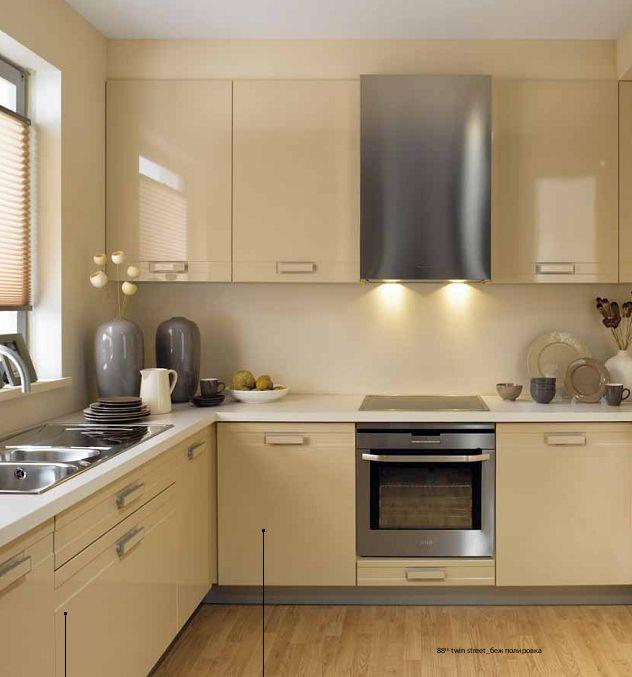Бежевая кухня с умывальником у окна