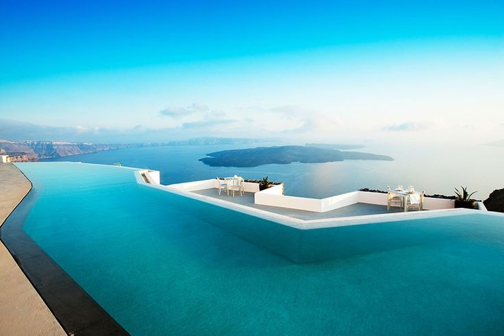 Who else wants to swim in this stunning #pool in #Santorini?!