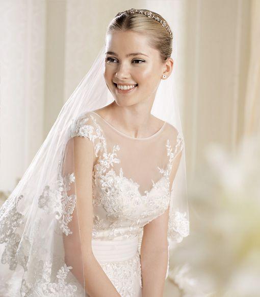 Welon i suknia ślubna wykończone koronką