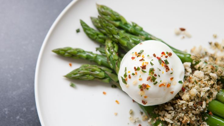 #Epicure Asparagus with Poached Eggs and Herb & Garlic Breadcrumbs https://saralynnhouk.epicure.com