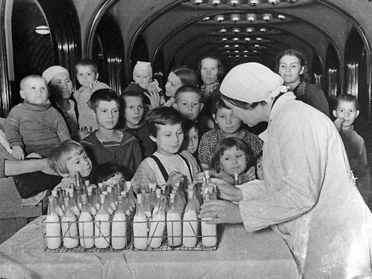 Великая Отечественная | Раздача молока детям на станции московского метро «Маяковская»