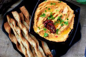 Хумус с вялеными томатами и палочками из овсянки