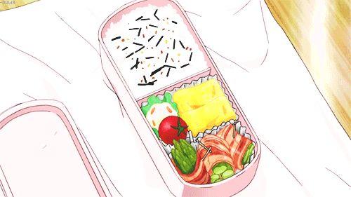 Bento con riso, omelette, polpetta, pomodoro e involtini di asparagi nella pancetta