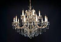 Een elegante grote kristallen kroonluchter met 15 lichtpunten