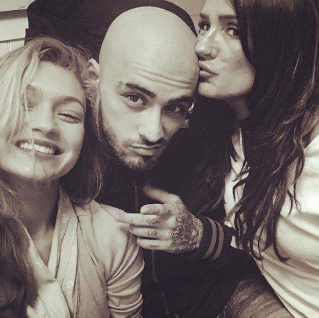 Quem também queria dar um beijo na careca do @zayn? Kkk O boy fica gato de qualquer jeito! Ele postou essa foto com a maravilhosa namorada @gigihadid e a mamis poderosa dele, Trisha Malik 👏🏻👏🏻