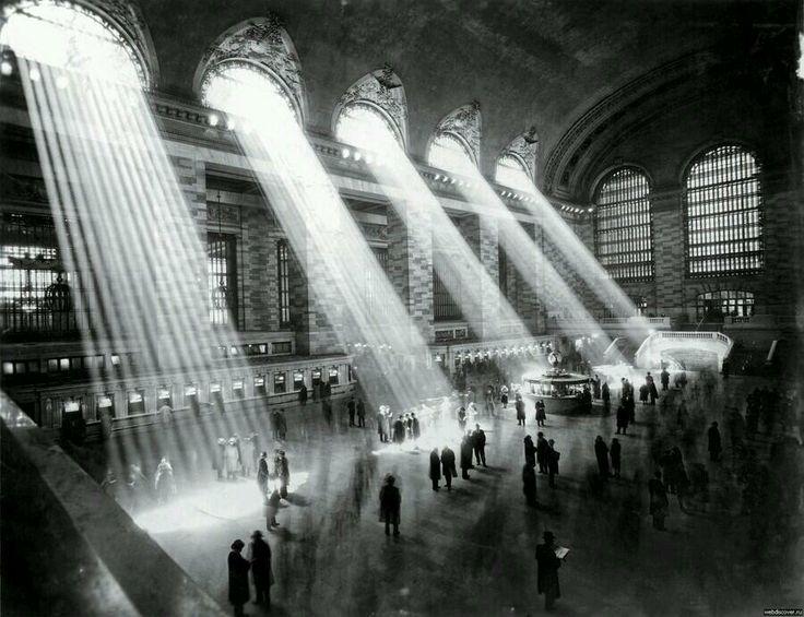 สถานีรถไฟ Grand Central ของนิวยอร์ก เมื่อปี 1929  ถ่ายภาพแบบนี้ไม่ได้อีกแล้ว ตึกระฟ้าบดบังแสงอาทิตย์จนส่องเข้ามาไม่ได้ Cr.[pic]. @DaisyViva