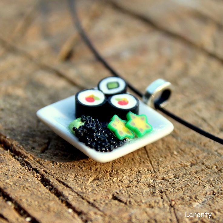 sushi přívěsek malý Na talíři jsou tři kousky sushi, doplněných o lákavou přílohu v podobě zeleniny a kaviáru. Velikost talíře 20 x 20 mm