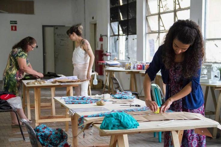 Llevan sus telas y en las mesas de corte marcan los moldes sobre sus telas y las cortan.