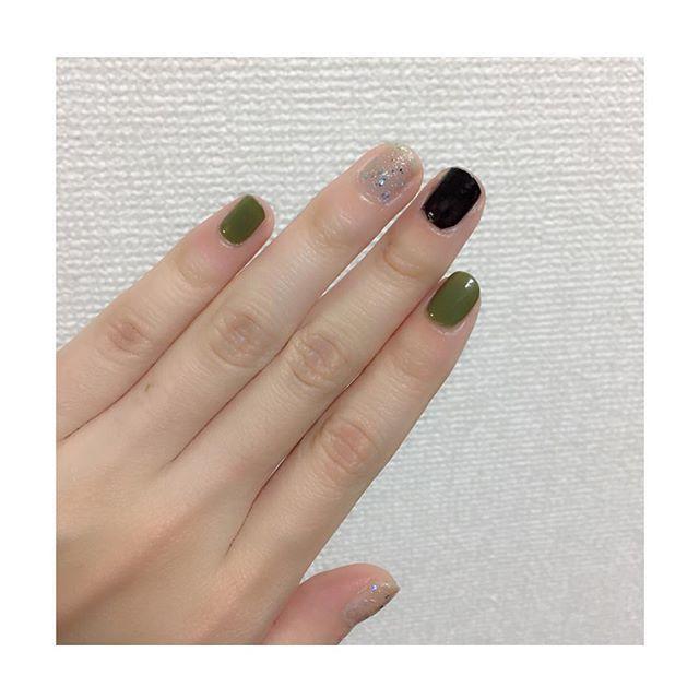 10分ネイル笑 今爪が短いのでシンプルに単色塗りにしました。渋めの色だからシルバーでキラキラさせて少しだけでも夏っぽくしたつもり カーキの色がお気に入り #セルフネイル #単色ネイル #短爪ネイル