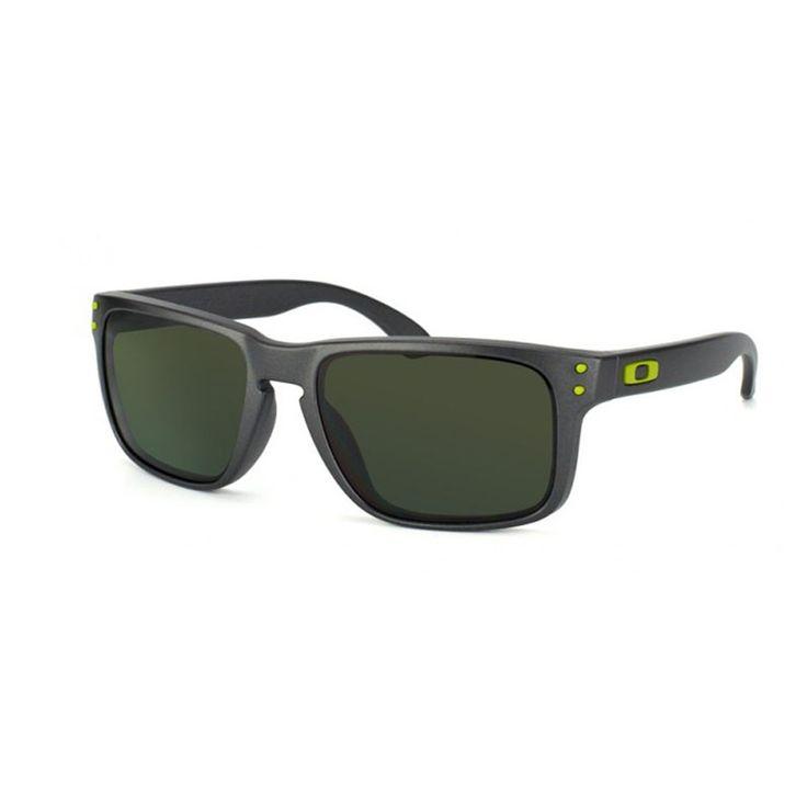 Oakley 9102 910238. Occhiale uomo da sole Oakley.  Montatura interamente in celluloide di colore grigio con frontale rettangolare e lenti di colore grigio intero.