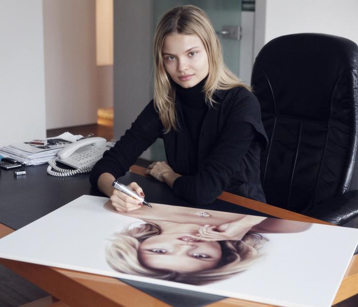 Magda podpisuje zdjęcia z Kalendarza YES 2013 wylicytowane na aukcji WOŚP