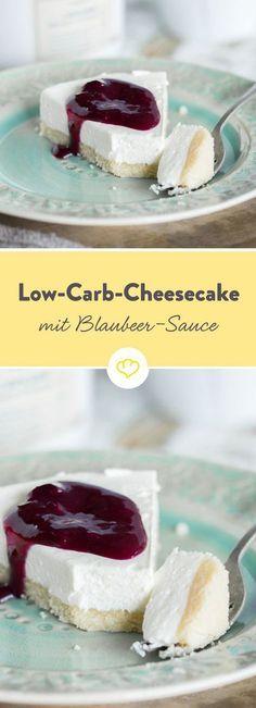 Cremiger Low-Carb-Cheesecake auf süßem Mandelboden, getoppt mit zuckerfreiem Blaubeer-Sirup: Ein perfektes Dessert, das noch nichtmal einen Ofen braucht, um richtig lecker zu sein.