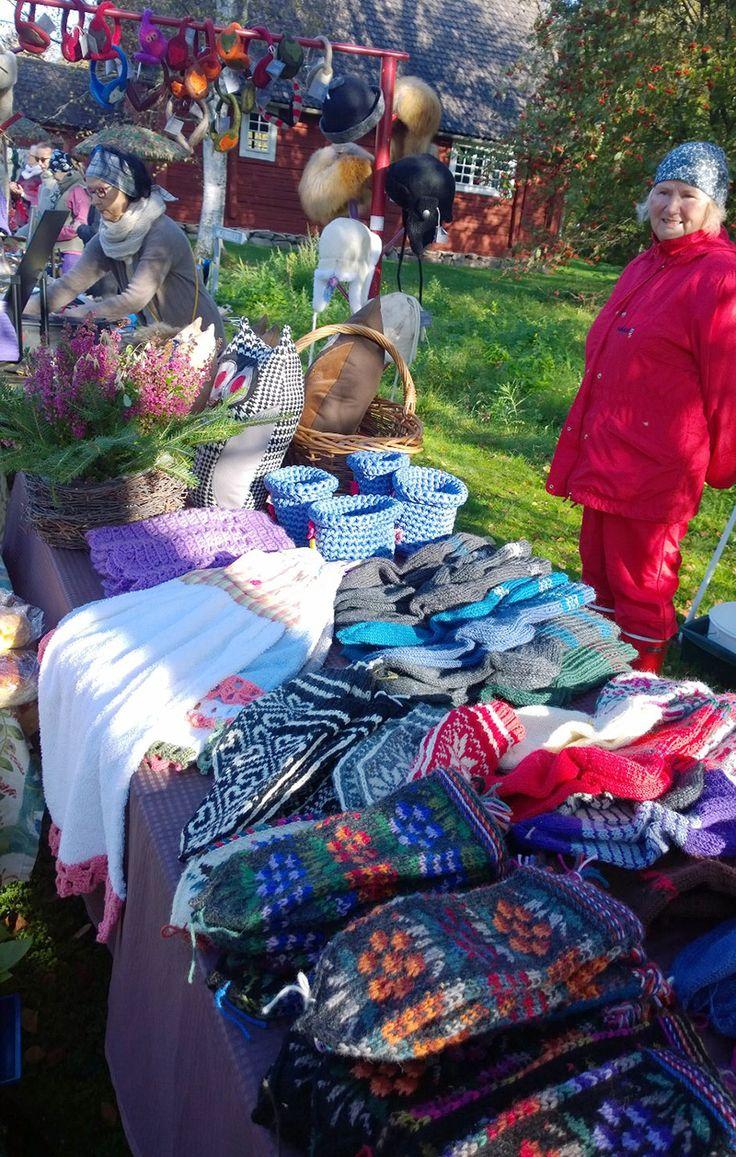 Uskomattoman taidokkaasti kudotut lapaset ja villasukat löytävät markkinoilta varmasti uuden kodin. Tässäpä oiva vinkki myös lahjaksi vaikkapa pukinkonttiin. Oulu (Finland)
