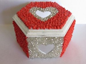 Send your love to your favorite Valentine with this beaded box tutorial. #FaveCrafter