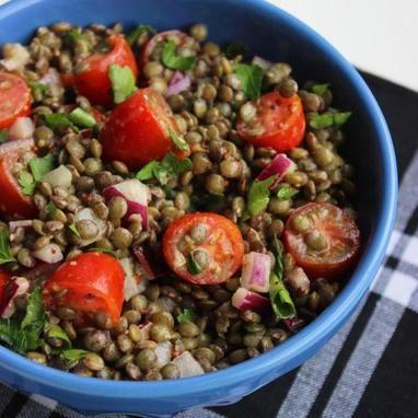 Μια γευστική σαλάτα με φακές που καταναλώνεται κρύα. Απόλαυσέ την το μεσημέρι και λάβε τα απαραίτητα θρεπτικά συστατικά χωρίς να επιβαρύνεις τα κιλά σου. Θερμίδες: 253/ μερίδα