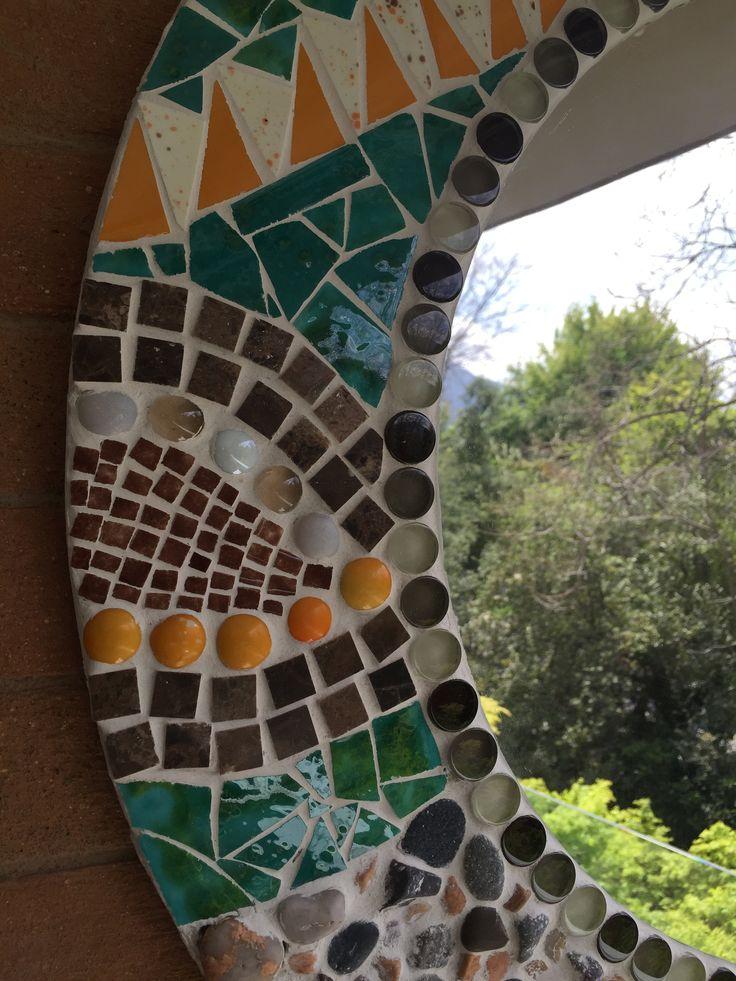 Mosaico redondo. Espejo y diversos materiales.