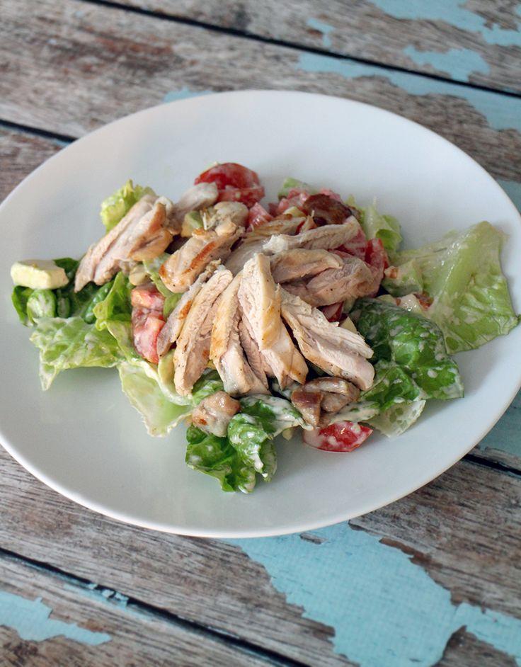 snelle salade met kippendijen, avocado & tomaat